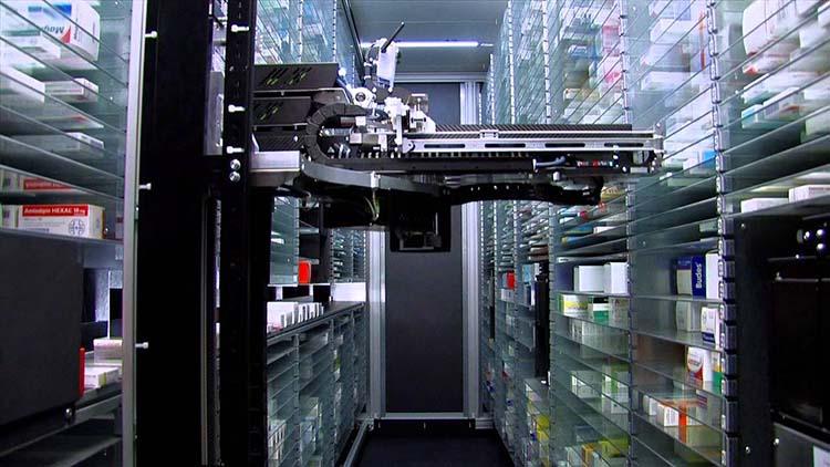 4 آشنایی با داروسازان و داروخانه رباتیک در مرکز کنترل سلامت استنفورد